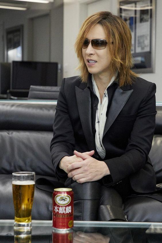 ビールと黒いスーツを着てソファに座っているXJAPAN・YOSHIKIの画像
