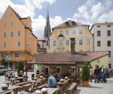 The Historic Sausage Tavern (Historische Wurtsküche) is right on the bank of the Danube, not far from the Cathedral of St Peter. It has a wonderful view of the Stone Bridge. , Copyright:Bauer.com