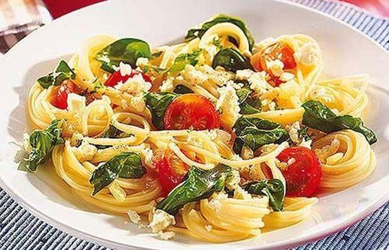 Spaghetti mit Spinat und Feta - So simpel, so gut: Einfache Nudelgerichte mit wenig Zutaten - Die Saison für frischen Blattspinat ist leider jedes Jahr viel zu kurz. Zum Glück gibt es Tiefkühlware, mit der man einfache Rezepte wie dieses zubereiten kann. Nach Belieben können Sie noch geröstete Pinienkerne darüberstreuen...