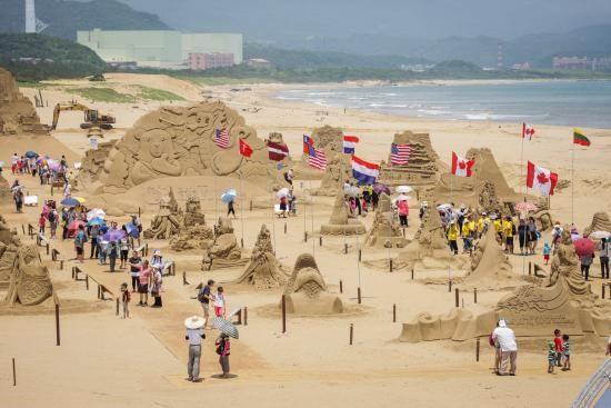 Lễ hội cát thu hút rất nhiều du khách tham gia