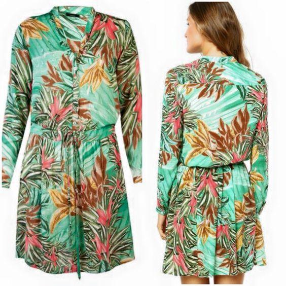 Vestido Cantão Style verde, com padronagem da marca e detalhe de elástico na cintura. Modelagem reta, manga longa e decote V.  O Vestido Cantão Style é confeccionado em material têxtil. Fechamento por botões