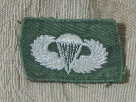 MILITARY SHOULDER PATCH Parachutist Basic Cloth Jump Badge Vietnam Era Used  Junk_631  http://ajunkeeshoppe.blogspot.com/