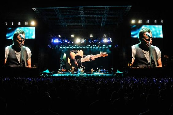 SEPTEMBER 8, 2016 RECORD-BREAKING NIGHT IN PHILADELPHIA Bruce and the E Street Band broke their record for their longest show in the US yet again last night at Citizens Bank Park! Thanks to everyone who came out and stayed for all four hours and four minutes. Here's photos from the show courtesy of Miles Kennedy.