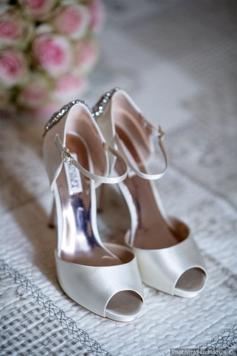 8639a2c068 Scarpe da sposa in raso open toe di Badgley Mischka © Pinterest
