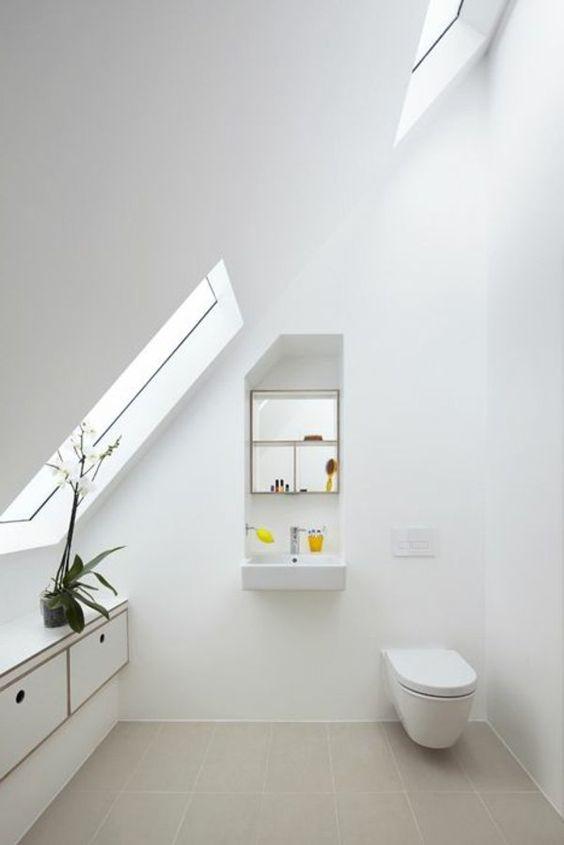 salle de bain sous toit en pente. Black Bedroom Furniture Sets. Home Design Ideas