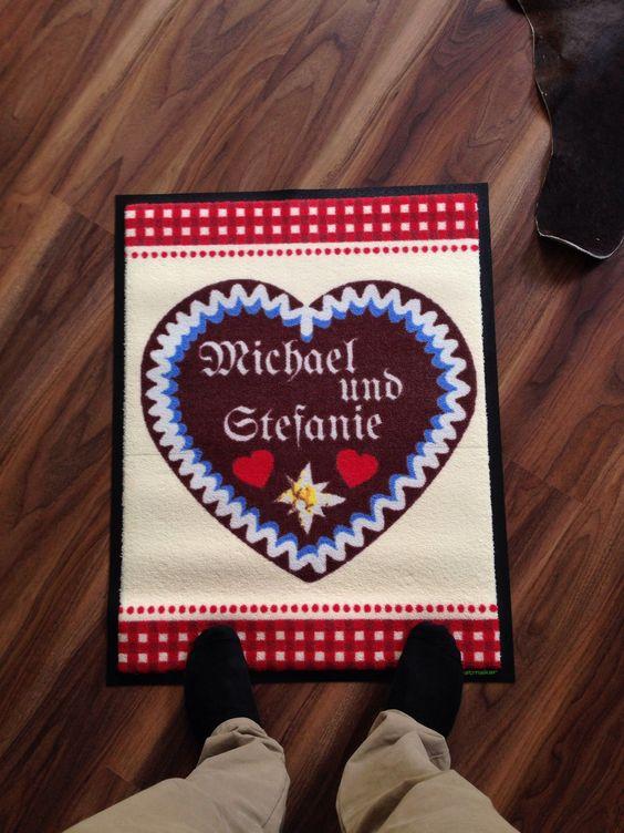 Eine Fußmatte im Oktoberfest-Design aus unerer Fußmattenkollektion. Hier findet Ihr die Vorlagen in unserem Shop: https://www.matmaker.at/de/Deine-Fussmatte:-selbstgestalten.html?patterngroup=73