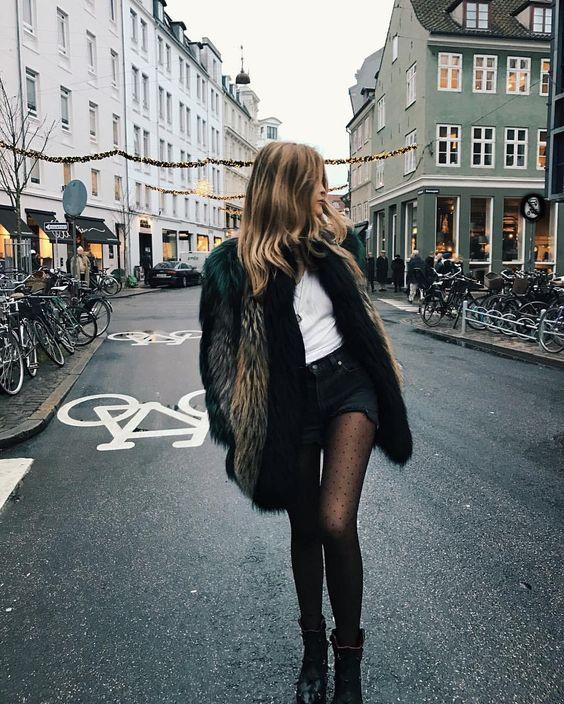 Look versátil com coturno, short jeans e blazer