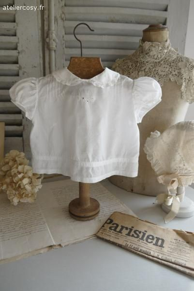 The art of display linge ancien petite chemise d for Decoration charme cosy
