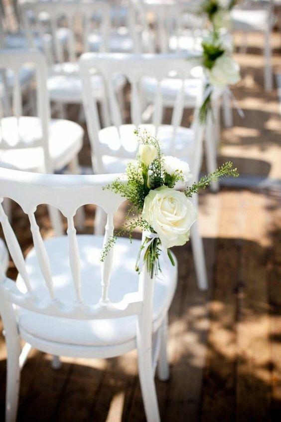 Décoration de chaise avec rose blanche