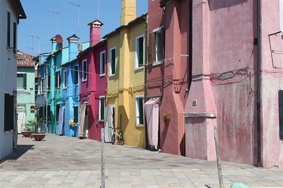 Veneza Cada sestiere possui seu próprio sistema de numeração de casas. Cada casa tem um número único no distrito, que vão do 1 a vários milhares, geralmente numerados de uma esquina a outra da área, mas nem sempre de uma forma lógica, para desespero de alguns turistas.