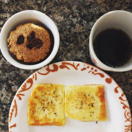 Café da manhã de hoje - café puro queijo coalho com orégano e cookies low carb. Delícia demais!!!! by diariofitdapri