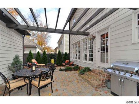 Pergola between garage and house