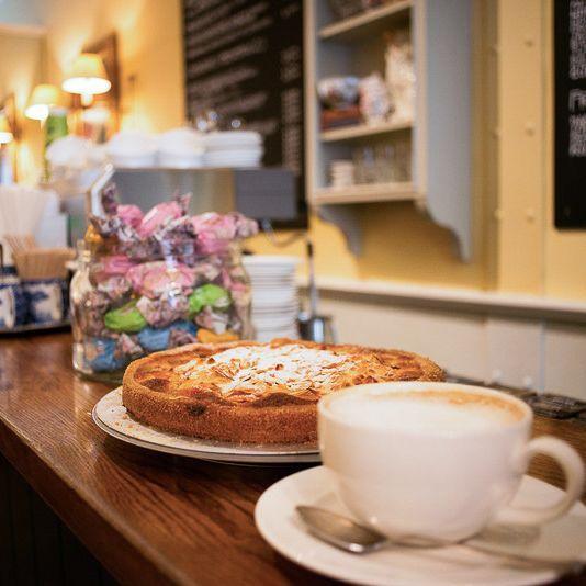 Brown S Tea Bar Feine Englische Art In Der Maxvorstadt Kaffee Und Kuchen Lebensmittel Essen Brezeln Backen