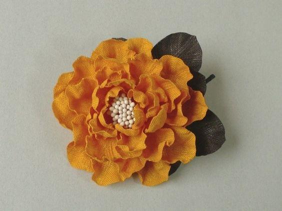 強くウェーブをつけた花びらにつぶつぶの花芯が見えるオープンローズのようなばらの花です。花びらはこっくりとした濃い黄橙色のリネン、そして葉は黒っぽいビターなこげ... ハンドメイド、手作り、手仕事品の通販・販売・購入ならCreema。