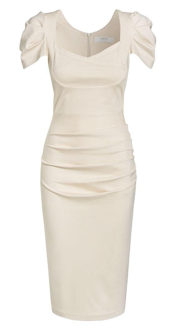"""Strech-Kleid mit aufwendiger Faltenlegung  In unserem """"66 Perry Dress"""" ist Ihnen die volle Aufmerksamkeit sicher! Die markanten kurzen Ärmel und die überkreuzte Brustpartie machen es zu einem echten Hingucker. Durch die besondere Faltenlegung am Bauch können Sie optisch wunderbar schummeln, wenn das Essen in der Kantine oder auf der nächsten Party einfach zu lecker ist! ;-)"""