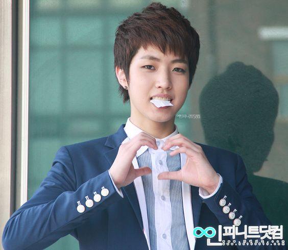 Nombre:이성열 / Lee Seong Yeol Boyband: Infinite Profesión:Cantante, Actor, Modelo Fecha de nacimiento:27-Agosto-1991 Lugar de nacimiento:Corea del Sur Estatura:183cm Tipo de sangre:B Agencia de talentos:Woollim Entertainment  http://my-leesungyeol.tumblr.com/