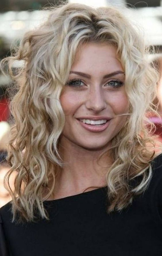 Hairstyles For Thin Curly Hair Round Face Curly Hairstyles Hairstylesforcurlyhair Rou Medium Curly Hair Styles Medium Hair Styles Medium Length Hair Styles