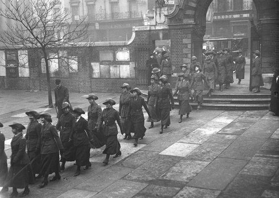 Un desfile de los conductores de ambulancias mujeres durante la Primera Guerra Mundial, noviembre de 1915.