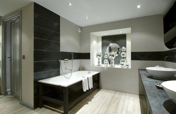 Designerbad med minimalistiske og rustikke detaljer.#crocotiles ...