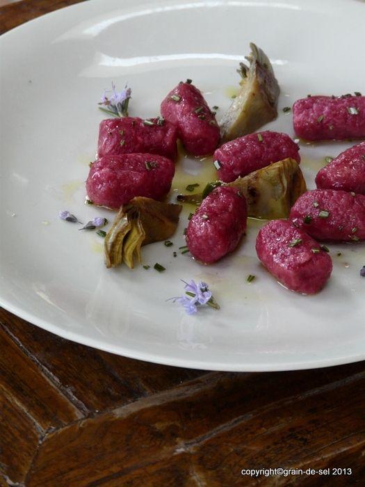 grain de sel - salzkorn: Rote-Bete-Ziegenkäse-Gnocchi mit Rosmarin-Olivenöl und gebratener Artischocke