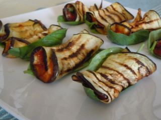 Grill the eggplant, spread a little sauce, add pieces of mozzarella and basil, a pinch of pepper, roll and bake for 10 minutes in a hot oven at 170 degrees to melt the cheese, then serve on a leaf of basil.