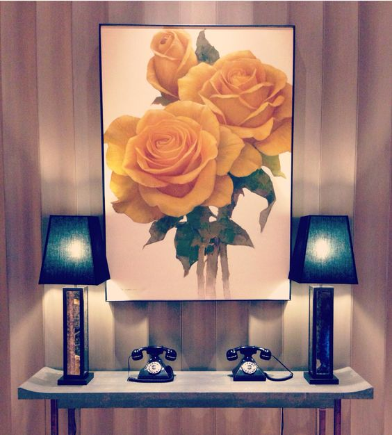 That painting, those antique phones, those table lamps: yes, yes and yes...