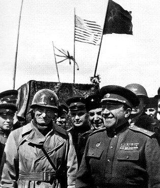 Una foto histórica, las vanguardias rusas y americanas se encuentran en Torgau. Berlín está muy cerca...