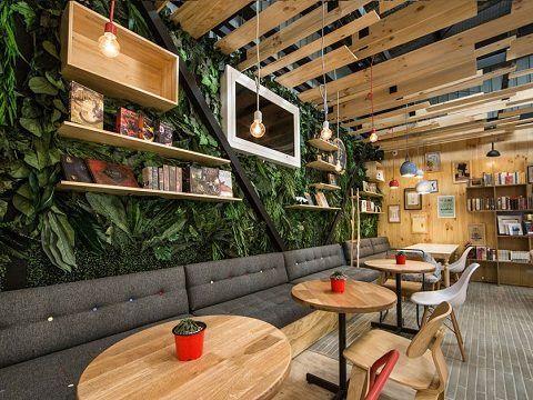 BIBLIOTECA DIFERENTE E ACOLHEDORA | Interiores de cafeteria, Projeto de cafeteria, Café moderno