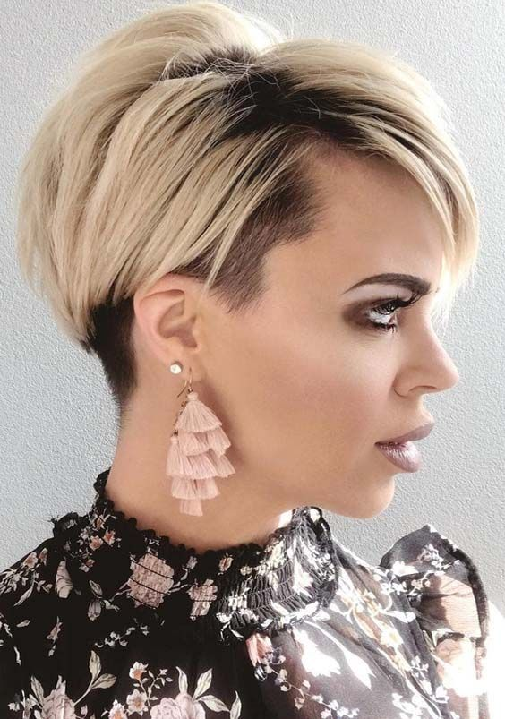 Incredible Ideas Of Blonde Pixie Haircuts For Short Hair With Gorgeous Dark Hair Roots In This Blonde Pixie Haircut Trendy Short Haircuts Straight Hairstyles