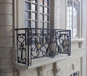 Maison française 1/12: nouveau balcon et cheminées de toit