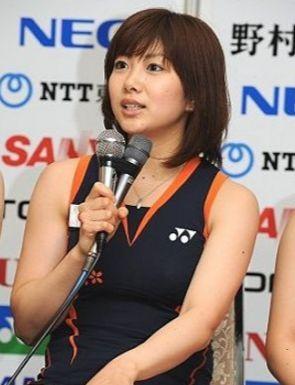 インタビュー中の潮田玲子さん