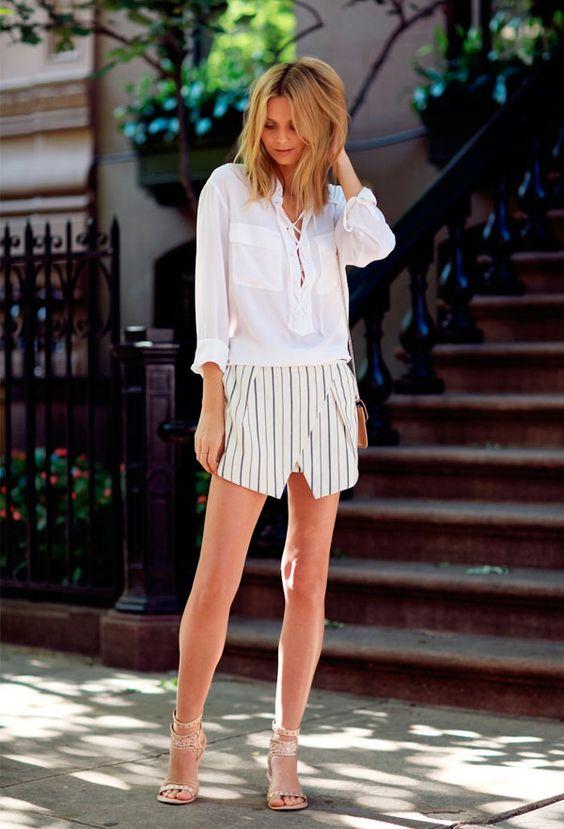 Street style da blogueira Jessica Stein com camisa branca e short listrado.