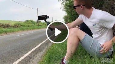 Homem vai filmar corrida de moto e toma um susto