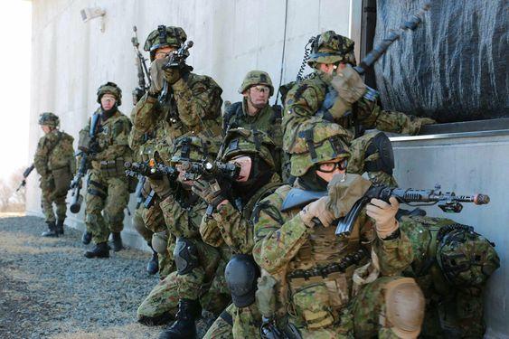 壁際に並ぶ隊員