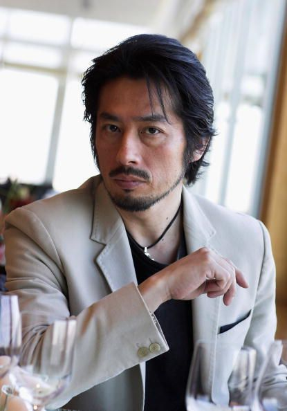 ジャケットを着ている真田広之