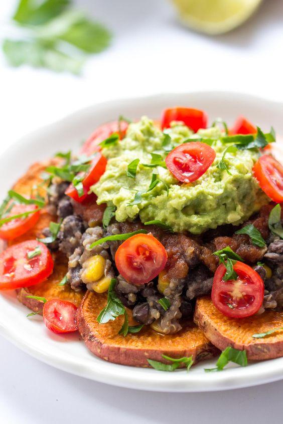 Camote quinua nachos - hecha con patatas dulces horneados, una mezcla de frijol negro quinua, salsa y rematado con guacamole!