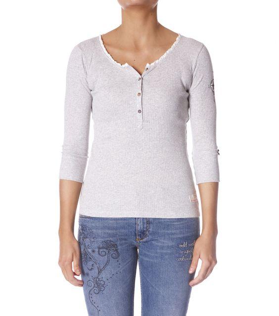 Odd Molly grampa shirt Art.-Nr. M714-214C light grey  Shirt aus 100 % Laufmaschen-Baumwolle mit Spitzenborten aus Baumwolle, kleiner Satinschleife und Perlmuttknöpfen.