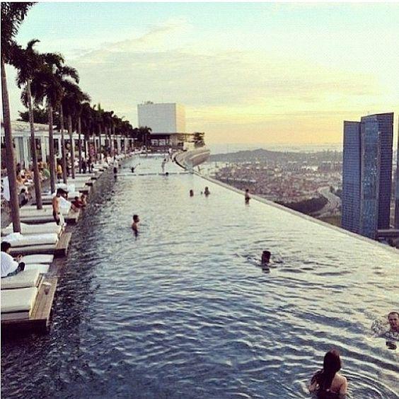 Nog Een Foto Van Het Marina Bay Sand Hotel Waar Je Een Verfrissende Duik Kan Nemen In Deze