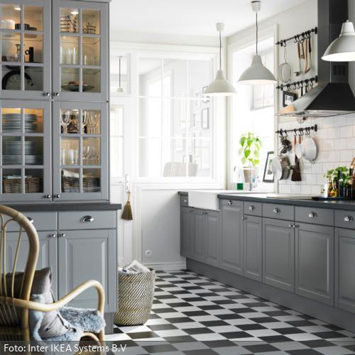 Graue Einbauküche im Landhausstil  Küchenschränke ...