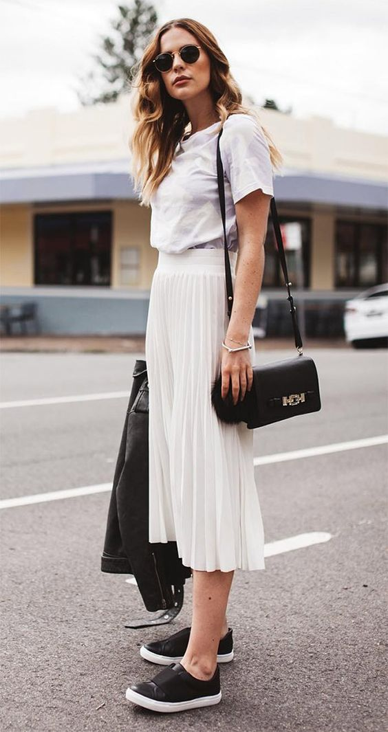 โททัลลุคสีขาวด้วยเสื้อยืดและกระโปรงพลีท