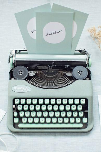 Une machine à écrire vintage en guise de décoration de la table avec l'urne