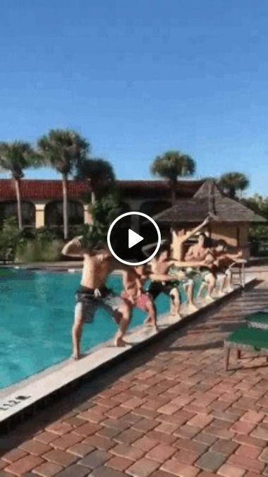 Meninos saindo da água.