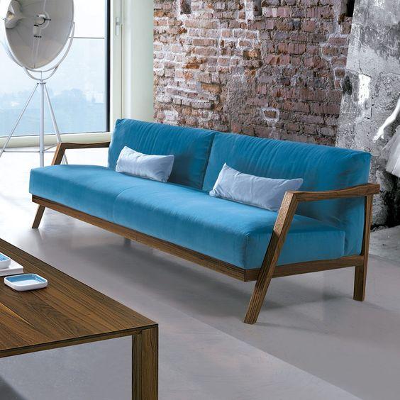 Sofá Plaza de Oliver B. Estructura en madera de nogal o roble con tapizado a elegir entre variedad de colores. ¡El rey de tu hogar!
