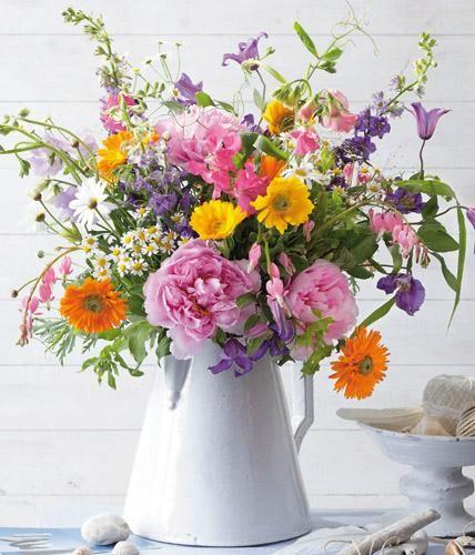 Romantisch verträumt ist dieser zartduftende Blumenstrauß aus Päonien, Kamillen und Tränendem Herz.