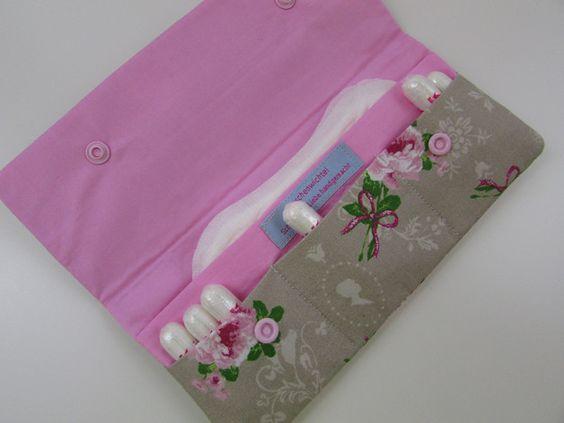 Dieses Etui muss einfach in jede Hand- und jede Sporttasche.  Wunderschön romantisch: toller Rosendruck auf taupefarbenem Grund. Farblich passend abgefüttert mit rosafarbener Baumwolle.  Das...