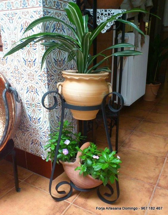 Macetero con adornos de forja, hechos a mano de forma artesana para colocar dos plantas.