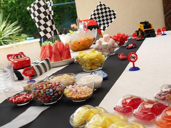 Decoration anniversaire enfant sur le thème des voitures de courses, en noir et…