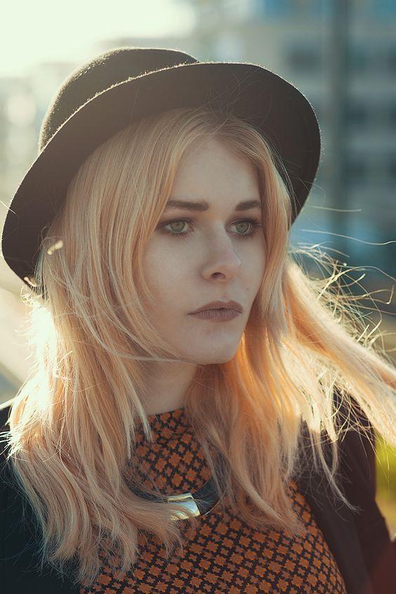 Portrait von Fashion Bloggerin und Fotografin Christina Key mit schwarzem Hut
