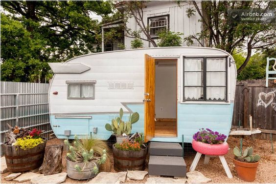 House in Austin, United States. Escape to Austin and stay in a newly renovated 60s Camper in the heart of all the hip East ATX action.  One mile from downtown, even closer to the legendary East-side food trucks and eateries like Franklin BBQ, Launderette, Via 313, & East Side Ki...