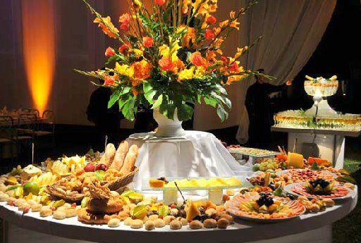 Como decorar mesas de buffets para bodas en for Adornos d mesa para boda